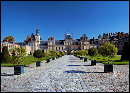 Château Fontainebleau from a distance